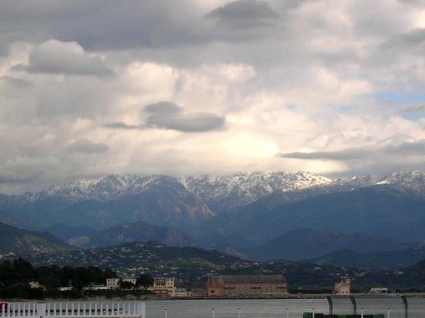 Quand le manteau blanc couronne les sommets de la cité impériale...