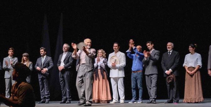 Jean-Pierre Lanfranchi, Gray Orsatelli et toute la troupe, applaudis par le public © LH