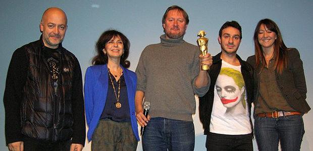 """Le réalisateur écossais David Mackenzie, ici en compagnie de toute l'équipe de Corsica Film Festival, s'est vu remettre un """"Napoléon d'Or"""" pour son film Perfect Sense, sacré unanimement """"coup de cœur"""" du jury. (Photo Yannis-Christophe Garcia)"""
