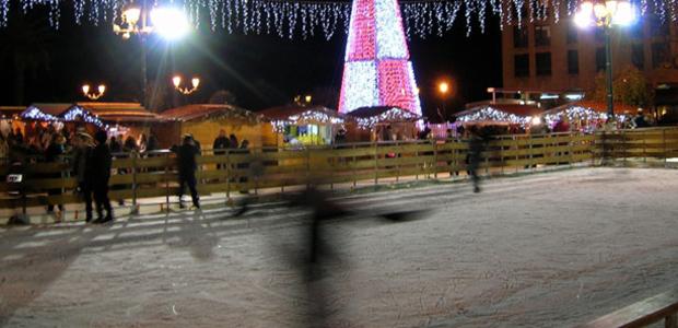 La cité impériale s'est parée de ses plus beaux atouts durant cette période de l'Avent. Comme ici, sur la place du Diamant, où les apprentis patineurs filent comme des ombres fugaces sur un miroir de glace... (Photo: Yannis-Christophe Garcia)