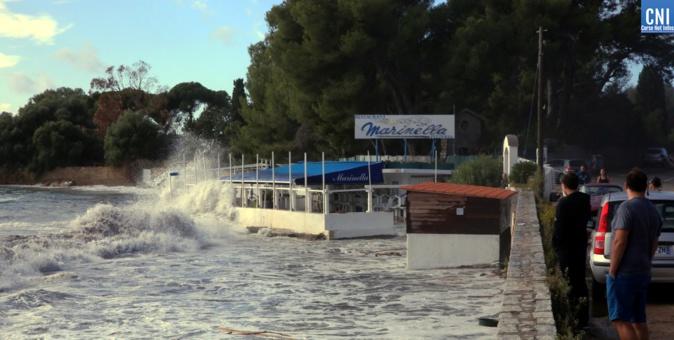 D'impressionnantes vagues ont déferlé ce samedi matin sur le littoral ajaccien (Photo Michel Luccioni)