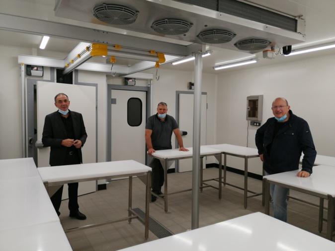 De gauche à droite : Xavier Luciani, Directeur du CFA de Haute-Corse, Jean-Charles Martinelli, Président de la Chambre de Métier et de l'Artisanat et M. Eric Caselli, Formateur de la section Boucherie dans le nouvel atelier.