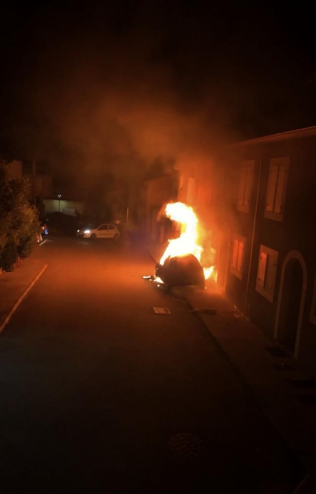 Une voiture détruite par les flammes à Calvi