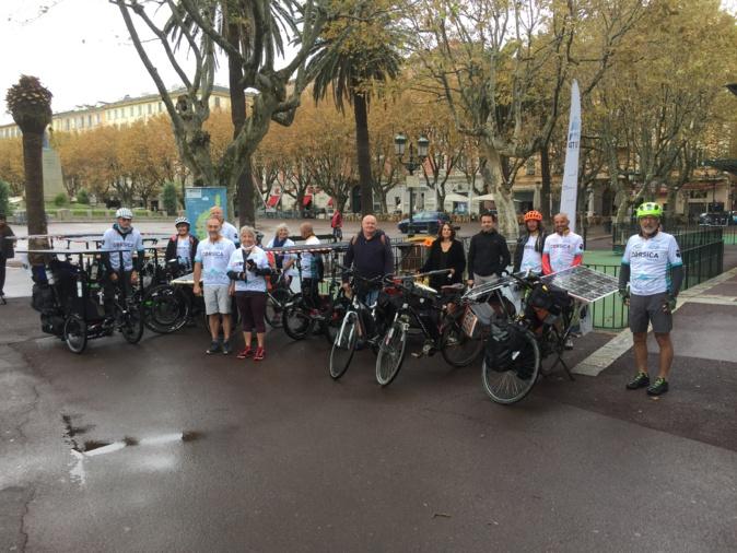 """Les cyclistes """"solaires"""" au départ de Bastia"""