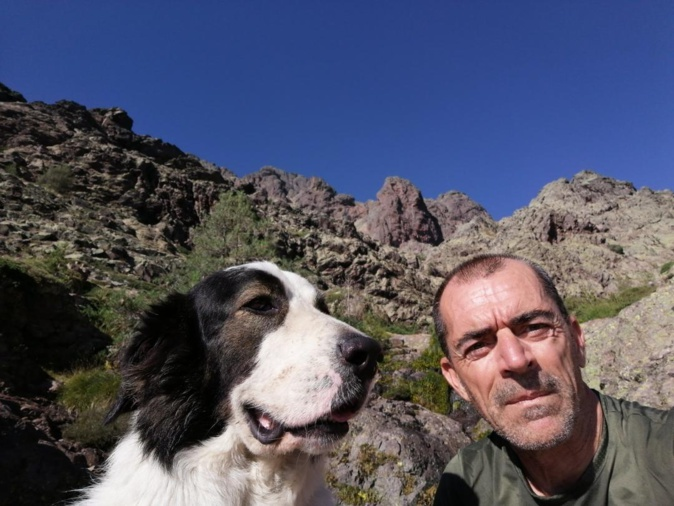 Jack et son maître Charles sur une étape du GR20.