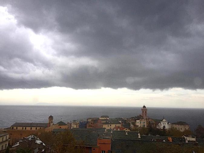 Bastia : nuages noirs au-dessus de la ville.(Jean-Baptiste Raffalli)