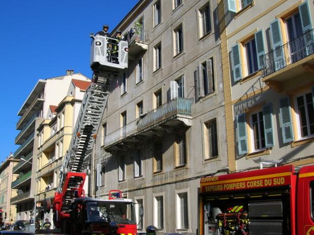 Les sapeurs pompiers d'Ajaccio ont déployé d'importants moyens sur le sinistre qui n'a pas fait de victimes. Seule une jeune fille, locataire de l'appartement a été légèrement intoxiquée par les fumées. (Photo Yannis Christophe Garcia)