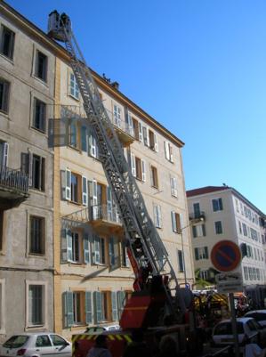 Les soldats du feu ont d'abord effectué une reconnaissance avec la grande échelle avant de pénétrer par la cage d'escalier jusqu'à l'appartement où ils ont éteint l'incendie. (Photo: Yannis-Christophe Garcia)
