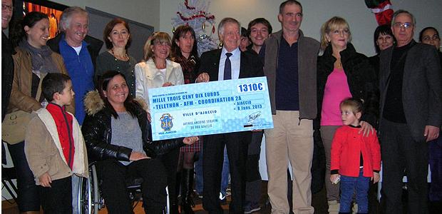 Tous les participants bénévoles étaient présents pour assister à la cérémonie au cours de laquelle le maire d'Ajaccio Simon Renucci a remis un chèque de 1310 euros à l'AFM. (Photo: Yannis-Christophe Garcia)