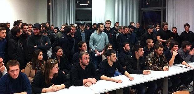 Une salle de la Faculté de Droit bien remplie, et des étudiants unis, c'est ce qui ressort en premier de cette levée de boucliers estudiantine (Photo :G.I.)