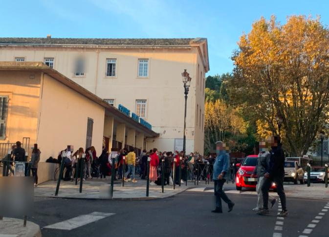 8 heures du matin à Bastia devant un établissement scolaire
