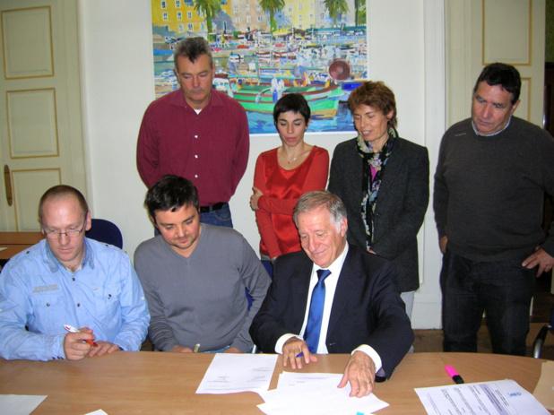 Au terme de la réunion, deux conventions sur la politique publique de l'animal dans la ville ont été signées par le maire d'Ajaccio et les divers partenaires et acteurs du projet. (Photo: Yannis-Christophe Garcia)