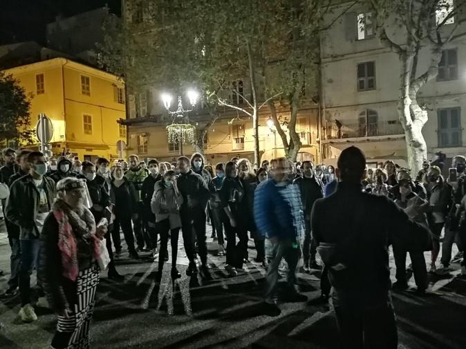 Le cortège de manifestants a fait escale sur la place du marché de Bastia avant de repartir vers la préfecture.
