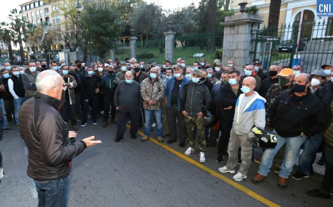 Les chasseurs devant la préfecture d'Ajaccio ce vendredi 13 novembre. Photos Michel Luccioni