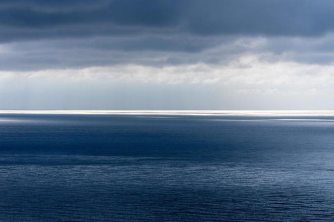 Vue de Cargese, la Méditerranée ne connaît pas la ligne d'horizon, c'est la continuité du ciel (Jean-Claude Camus)