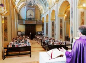 Le père Guiseppe Corbari, prêtre de la paroisse de Robbiano célèbre la messe lors du premier confinement (crédit photo G.Corbari)