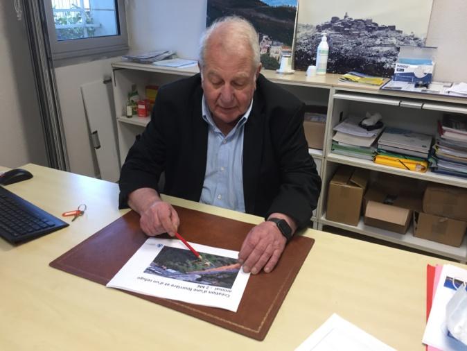 Michel Simonpietri, maire de Furiani, a présenté les plans du futur refuge pour animaux.