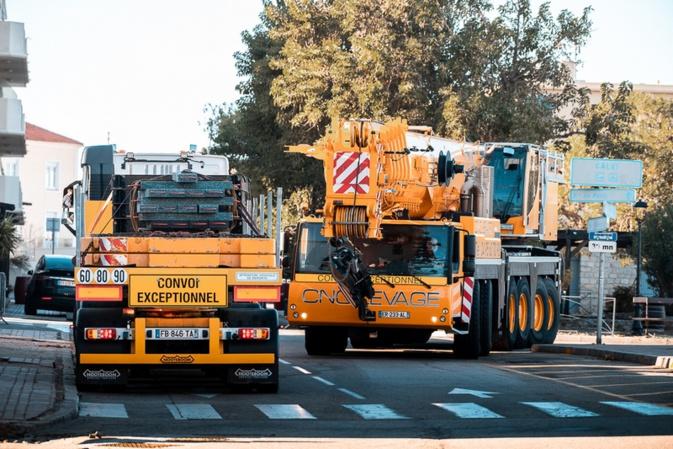 Un convoi exceptionnel dans le centre-ville de Calvi