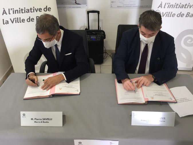 Signature de la convention entre le maire de Bastia, Pierre Savelli, et le préfet de Haute-Corse, François Ravier.