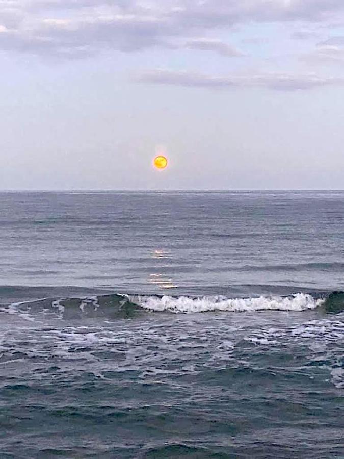 La photo du jour : Luna rossa sur la Marana