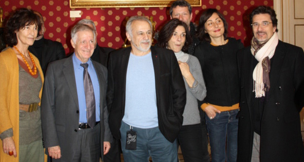 Francis Perrin, entouré des comédiens, a été reçu par le maire d'Ajaccio. Une cérémonie au cours de laquelle Simon Renucci lui a remis la médaille de la ville. (Photo Marilyne Santi)