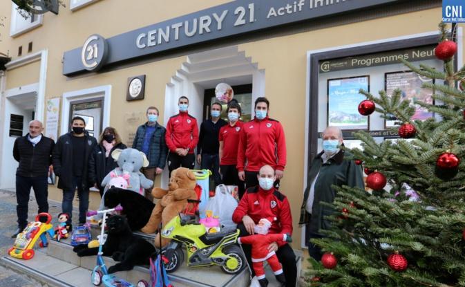 L'équipe de Futsal de l'ACA devant l'agence Century 21, ce mercredi 2 décembre. Photo : Michel Luccioni