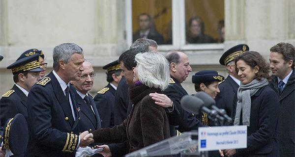 Manuel Valls présente Patrick Strzoda à Mme Erignac et à ses enfants