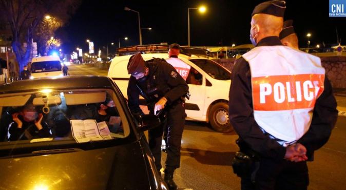 Les CRS contrôlent les attestation ce mardi soir à l'entrée d'Ajaccio