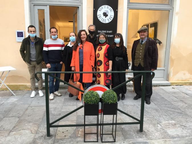 Le président Christian Mons-Catoni (à l'extrême droite) et quelques uns des artistes ont inauguré jeudi la nouvelle exposition de la Galerie Noir et Blanc
