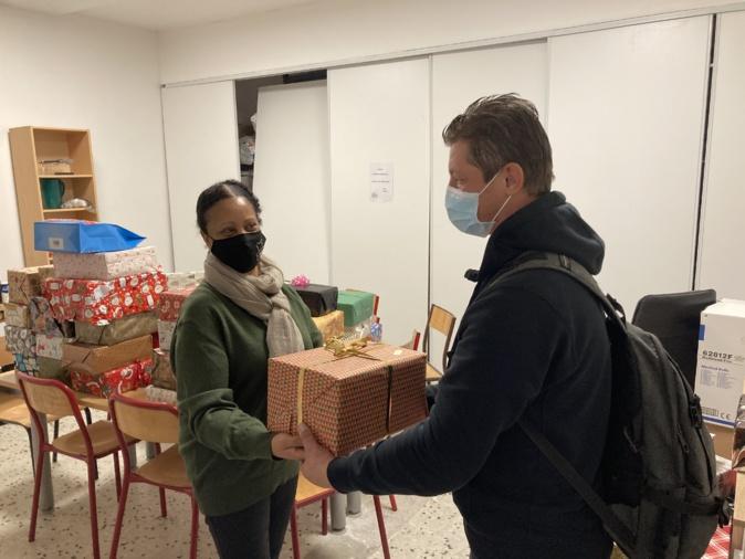 Adrien récupère sa boite cadeau à l'accueil de jour Stella Maris à Ajaccio.