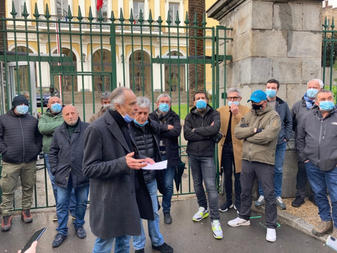 La ligue des droits de l'homme et l'ora di u ritornu devant la préfecture d'Ajaccio ce mercredi 30 décembre.