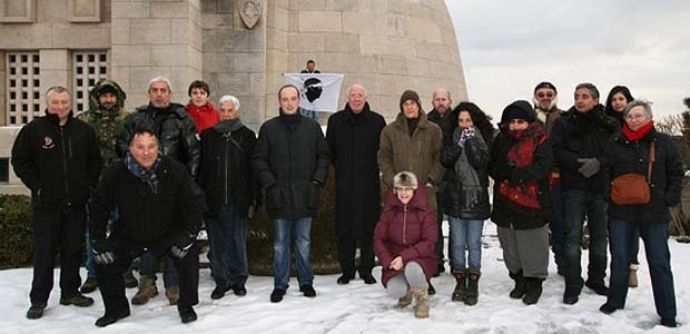 Le groupe avec Jacques Culioli et Laurent Marcangeli posant devant l'ossuaire de Douaumont. (Photo Agnès Di Meglio)