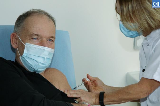 Le directeur de l'hôpital d'Ajaccio Jean-Luc Pesce est le premier à se faire vacciner à Ajaccio.