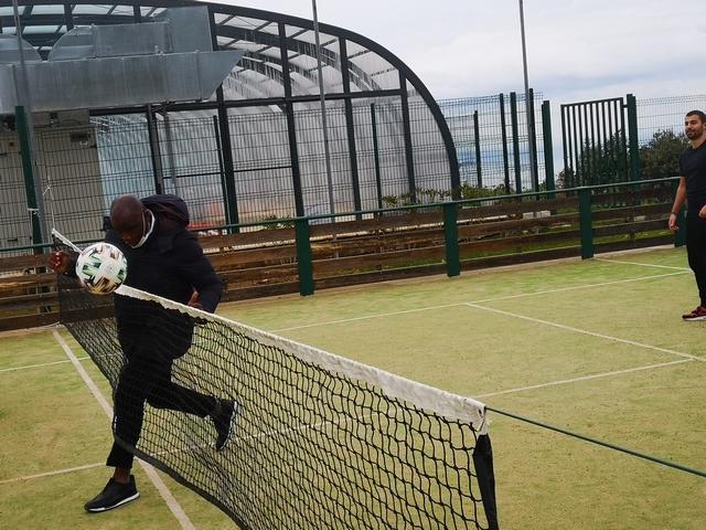 Partie de tennis-ballon pour Basile Boli