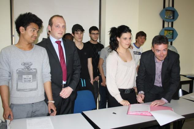 Signature de contrat des premiers stagiaires / Photo Marilyne SANTI