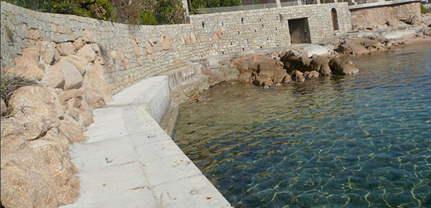 Quai privé, récemment construit, avec amarrage (Photo U Levante du 2 mars 2013)