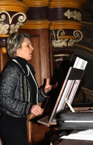 """La chanteuse Sylvie Bonello a offert au public un somptueux """"Ave Maria"""" in lingua nustrale, accompagnée à l'orgue par le Père Joseph Fini. (Photo Marilyne Santi)"""