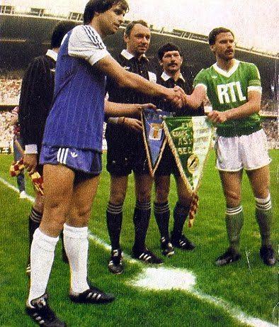13 Juin 1981 : Finale de la coupe de France au Parc des Princes; Le Sporting affrontre Saint-Etienne en finale. L'échange des fanions entre Paul Marchioni et Christian Lopez
