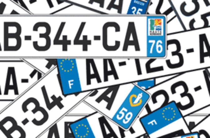 Poser un sticker sur la plaque d'immatriculation de son véhicule est illégal