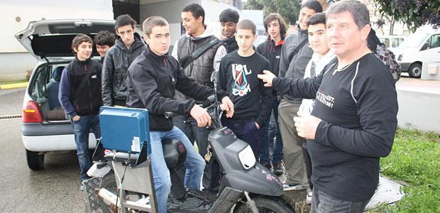Les élèves du lycée Jules Antonini ont assité à divers ateliers pratiques. Ici, le passage d'un scooter sur le curvomètre, qui permet de mesurer la vitesse réelle d'une machine, a permis à Valère Duch de leur expliquer les dangers liés à la vitesse excessive de deux-roues inadaptés à de hautes vitesses. (Photo Marilyne Santi)