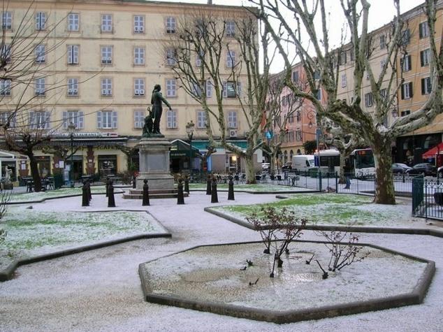Il n'a pas fallu attendre bien longtemps pour que le centre de la ville, sous l'assaut d'une pluie de grêle, se recouvre d'un tapis de glace. Comme ici sur la Place Abbatucci, dont les pelouses du square sont passées du vert au blanc, illustrant un paysage d'hiver à quelques jours à peine des fêtes Pascales. (Photos : Yannis-Christophe Garcia)