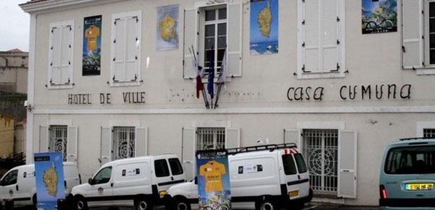 La façade de l'hôtel de ville de Calvi aux couleurs du Tour