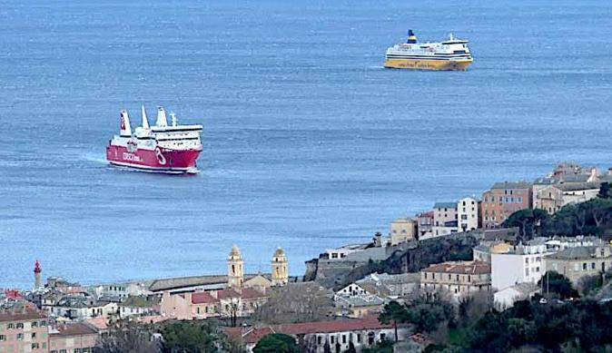 """Le """"Paglia Orba"""" et le """"Mega Andrea"""" au port après 10 heures d'attente au large de Bastia (Photo Marijo Costa)"""