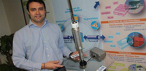 Yannick Delibie avec le système électronique et informatique de Kerlink qui équipera sa planche. (Ouest France)