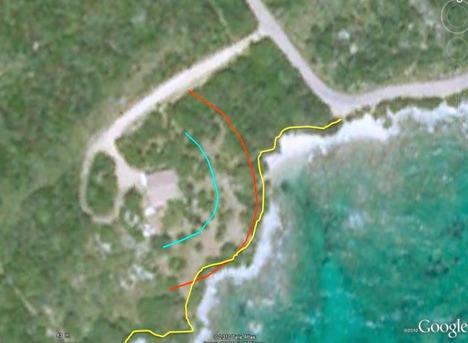Ligne bleue : limite des 15 mètres autour de la maison • ligne rouge : limite des 30 mètres autour de la maison. Les deux lignes concentriques ont été tracées grâce à la fonction « Règle de mètres » du programme Google Earth. Ligne jaune le tracé du sentier souhaité (servitude légale).