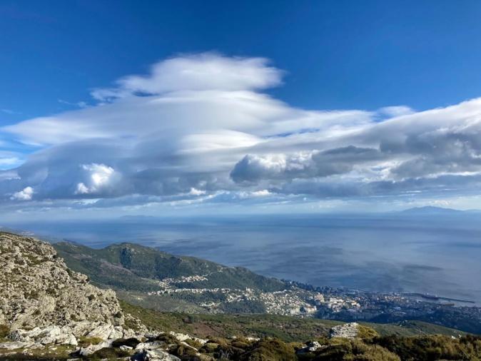 Spectaculaire lenticulaireau-desus du Cap Corse photographié depuis le Serra-di-Pigno (Thierry Venturini)