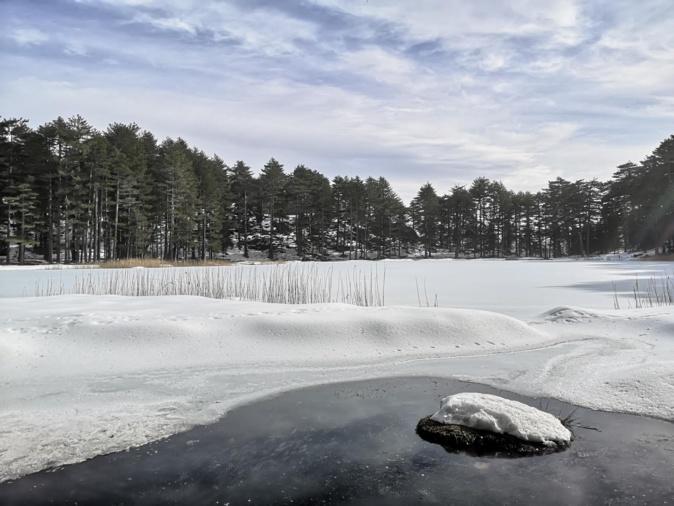 La photo du jour : le lac de Crenu enneigé