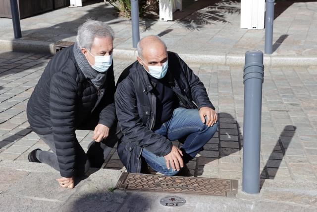 Devant la première plaque apposée: Ange Santini et François-Marie Marchetti