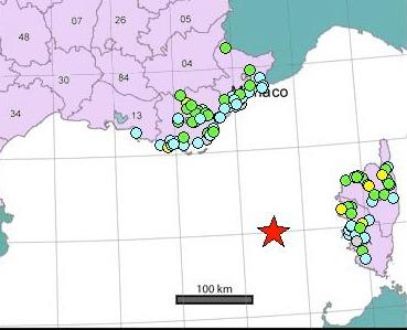 Chaque point sur la carte correspond à un ou plusieurs témoignages internet, les intensités étant moyennées par commune.Chaque étoile sur la carte est un séisme, le plus récent étant en rouge. (SourFrance Séisme)