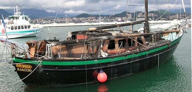 Le vieux gréement, construit en 1945 et utilisé pour effectuer des promenades en mer et des croisières a été ravagé par les flammes dans le port d'Ajaccio à cause d'une défaillance du circuit électrique. Malgré l'intervention rapide des secours, le navire a été réduit à l'état d'épave. (Photo Yannis-Christophe Garcia)